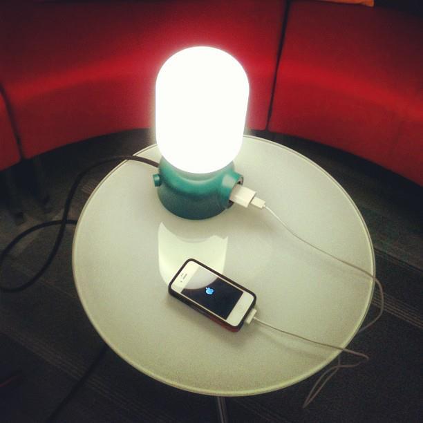 На фото настольная лампа PLUG от шведских дизайнеров FORM US WITH LOVE.