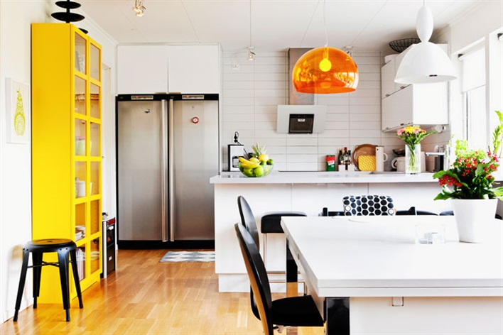pops-of-color-in-white-kitchen-Kartell-and-Muuto-pendants
